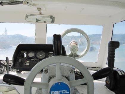 船の操縦席