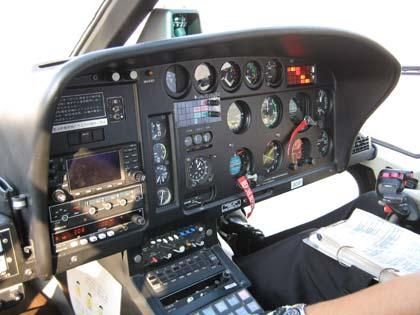 たくさんの計器が並ぶ操縦席